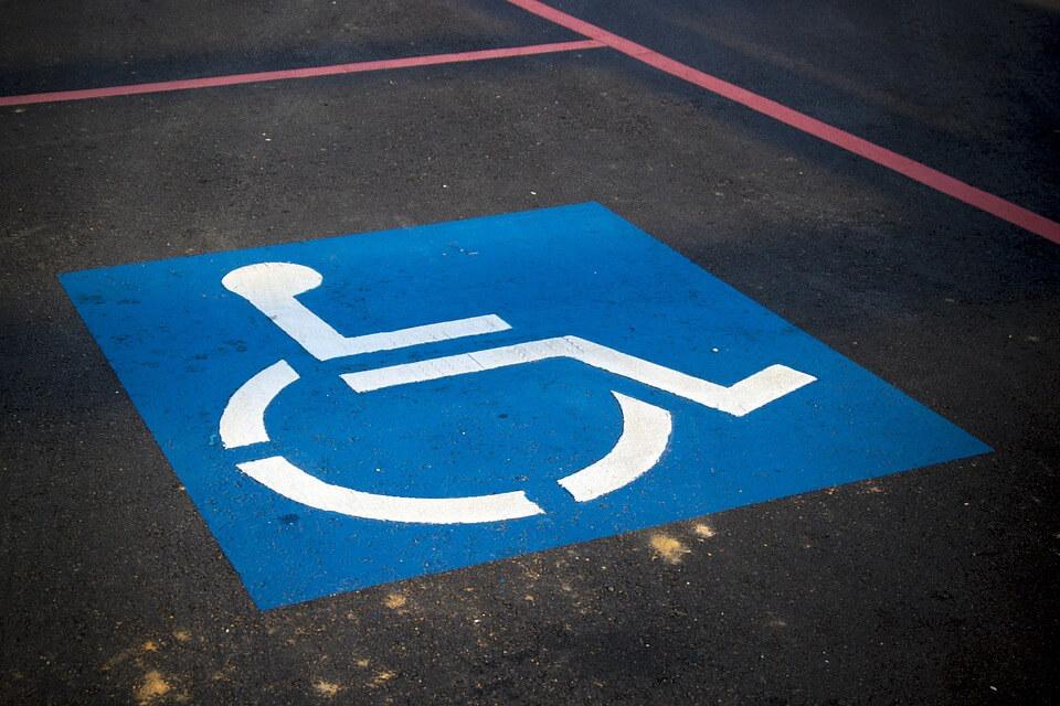 """handicap-parking-3865315_960_720 จอดรถ ในที่จอดรถ""""คนพิการ"""" ผิดกฎหมายหรือไม่?!"""